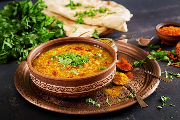 Pikantne Curry Indian Dhal W Misce, Przyprawy, Zioła, Rustykalne Czarne Drewniane Tła. Premium Zdjęcia