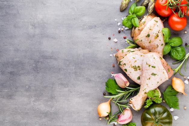 Pikantne Udka Z Kurczaka, świeże Warzywa Na Szaro. Widok Z Góry. Premium Zdjęcia