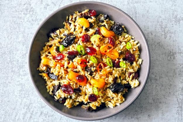 Pikantny Ryż Z Suszonymi Owocami. Wegańska Miska Z Pikantnym Ryżem. Zdrowy Lunch Premium Zdjęcia