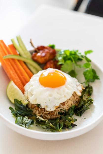 Pikantny Smażony Ryż Z Jajkiem Sadzonym I Warzywami Premium Zdjęcia