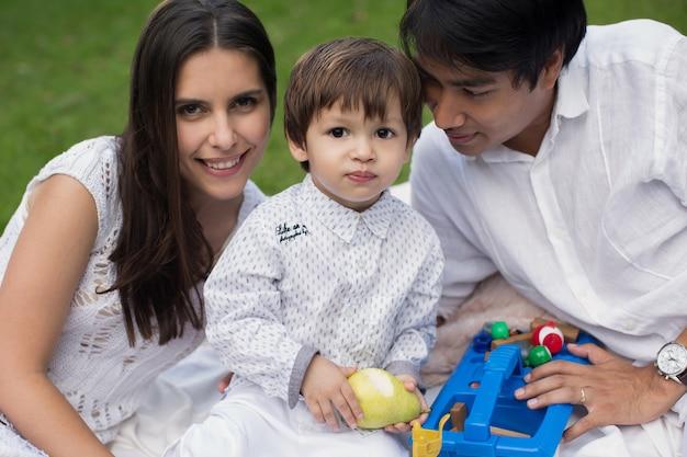 Piknik Rodzinny W Parku Premium Zdjęcia