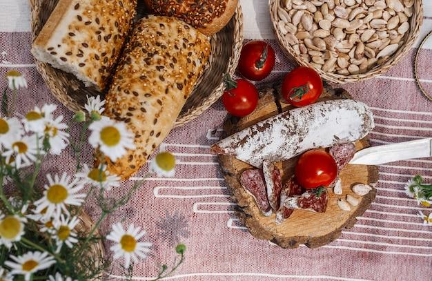 Piknik W Stylu Boho. Szkocka Krata, Na Której Leży Piknikowe Jedzenie Premium Zdjęcia