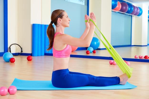 Pilates kobieta wioślarstwo gumowe ćwiczenia Premium Zdjęcia