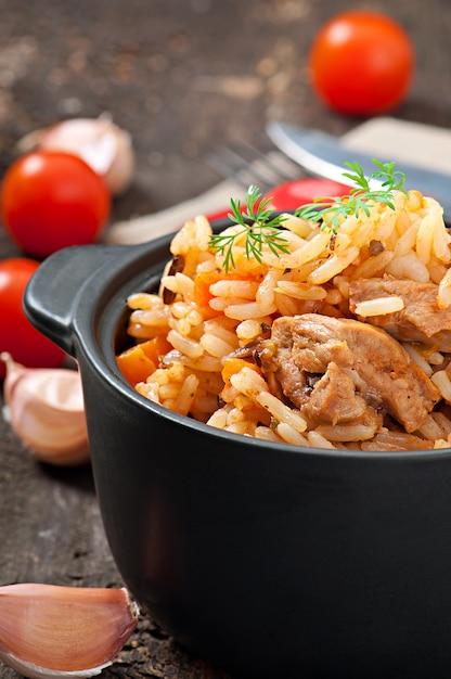 Pilaw - Owsianka Ryżowa Z Mięsem I Przyprawami Premium Zdjęcia