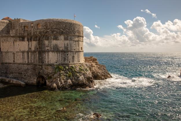 Pile Bay I Mur Starego Miasta W Dubrowniku W Chorwacji Premium Zdjęcia