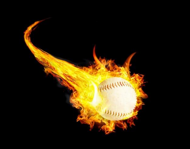 Piłka Baseballowa W Ogniu Z Dymem I Prędkością Premium Zdjęcia