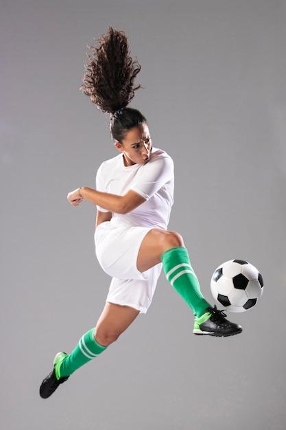 Piłka kopiąca piłkę pełną strzału Darmowe Zdjęcia