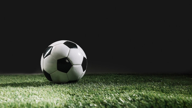 Piłka Nożna Na Murawie Trawy Premium Zdjęcia