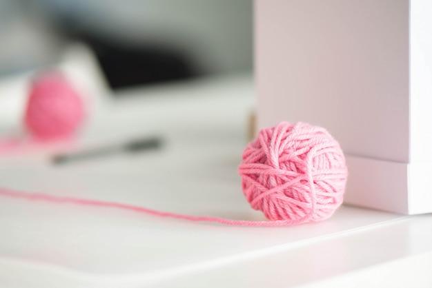 Piłka z różowej przędzy z wełnianą nicią Premium Zdjęcia