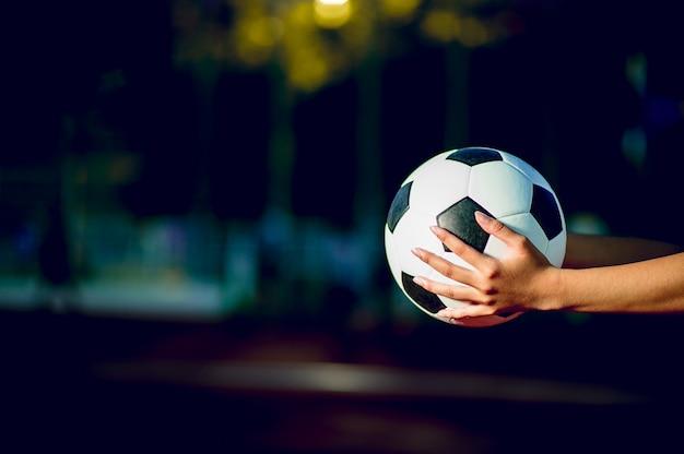 Piłkarz aby ćwiczyć futbolową koncepcję i jest kopia przestrzeń. Premium Zdjęcia