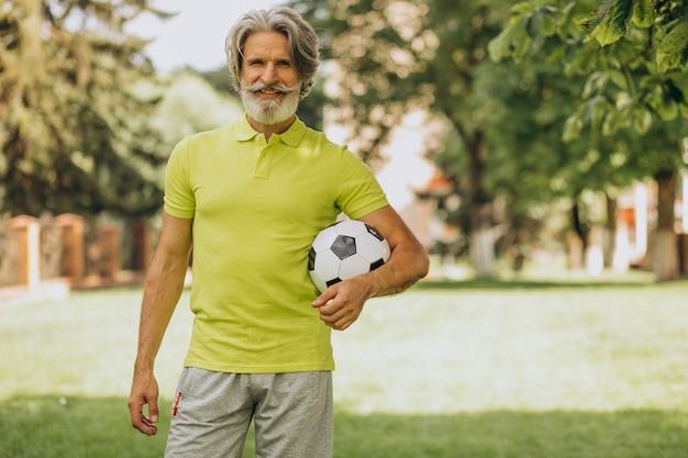 Piłkarz W średnim Wieku Z Piłką Nożną Darmowe Zdjęcia