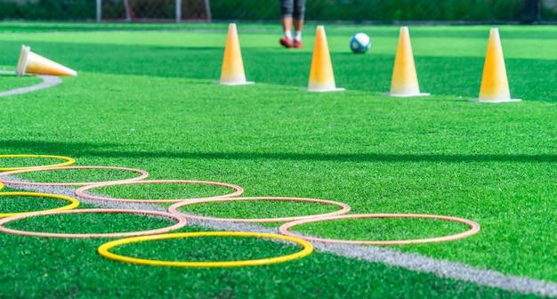 Piłki nożnej szkolenie na zielonym plenerowym boisku piłkarskim Premium Zdjęcia