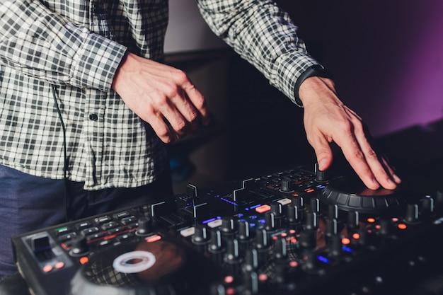 Pilot Dj, Gramofony I Dłonie. Nocne życie W Klubie, Impreza. Premium Zdjęcia