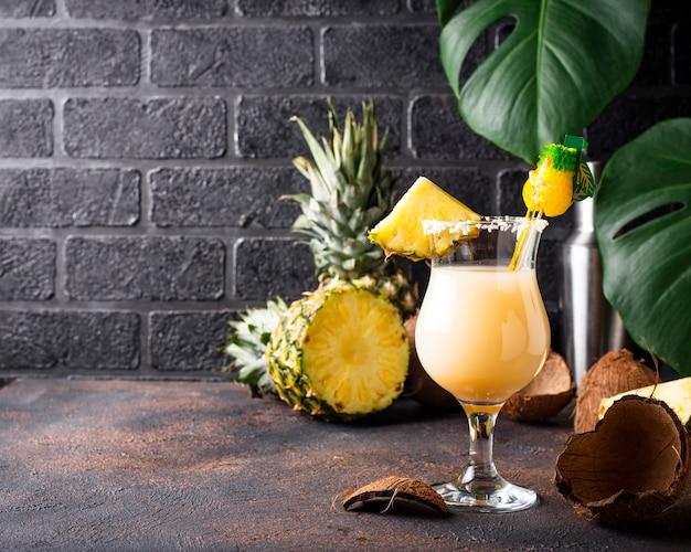 Pina Colada. Tradycyjny Karaibski Koktajl Premium Zdjęcia