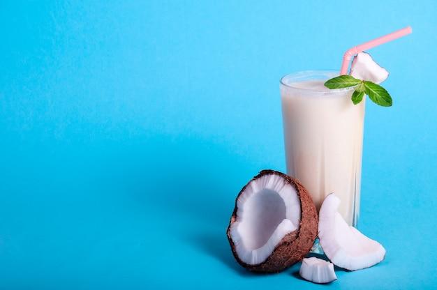 Pina Colada - Tropikalny Koktajl Z Sokiem Ananasowym, Mlekiem Kokosowym I Rumem. świeży Letni Napój Z Krakingowym Kokosem I Miętą Premium Zdjęcia