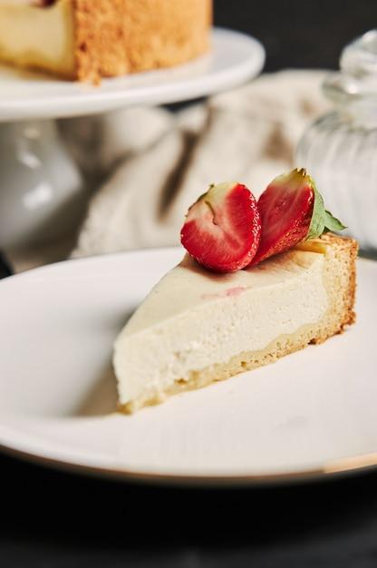 Pionowe Strzał Zbliżenie Strawberry Cheesecake Na Białym Talerzu Darmowe Zdjęcia