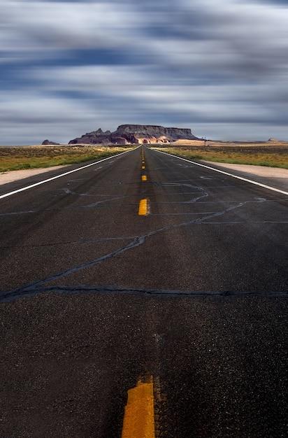 Pionowe Ujęcie Autostrady W Pochmurne Niebo Darmowe Zdjęcia