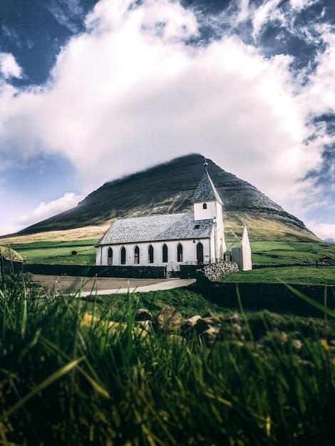 Pionowe Ujęcie Białego Domu Z Szarym Dachem Na Zielonej Trawie Z Góry Darmowe Zdjęcia
