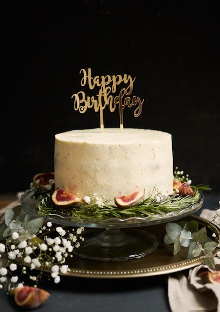 Pionowe Ujęcie Białego Tortu Wszystkiego Najlepszego Z Okazji Urodzin Z Zielonymi Liśćmi Na Dole Darmowe Zdjęcia