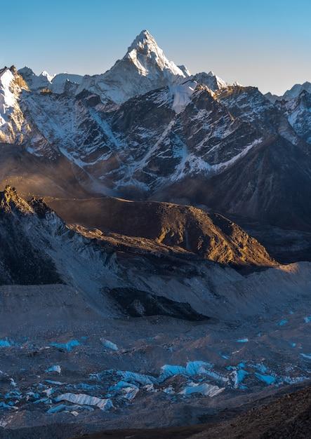Pionowe Ujęcie Khumbu I Ama Dablam Z Błękitnym Niebem W Darmowe Zdjęcia
