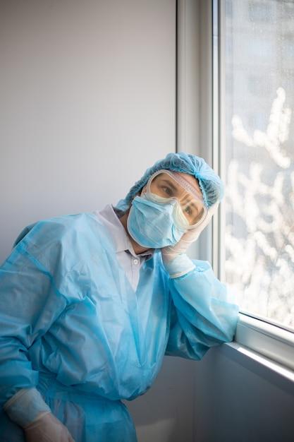 Pionowe Ujęcie Kobiety Noszącej Sprzęt Ochrony Personelu Medycznego Darmowe Zdjęcia