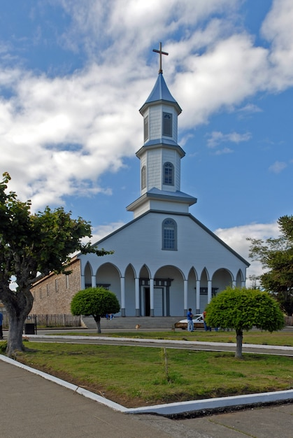 Pionowe Ujęcie Kościoła Z Niebieskim Pochmurne Niebo W Tle Darmowe Zdjęcia