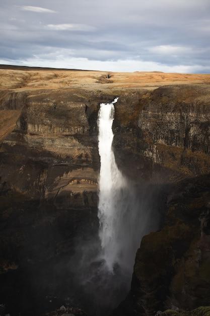 Pionowe Ujęcie Majestatycznych Wysokich Wodospadów Darmowe Zdjęcia