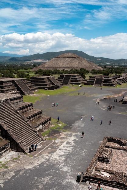 Pionowe Ujęcie Osób Zwiedzających Piramidy Teotihuacan W Meksyku Darmowe Zdjęcia