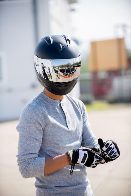Pionowe Ujęcie Osoby W Kasku Motocyklowym Darmowe Zdjęcia
