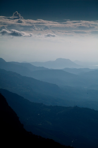 Pionowe Ujęcie Pięknego Pasma Górskiego I Pochmurnego Nieba Wczesnym Rankiem Darmowe Zdjęcia