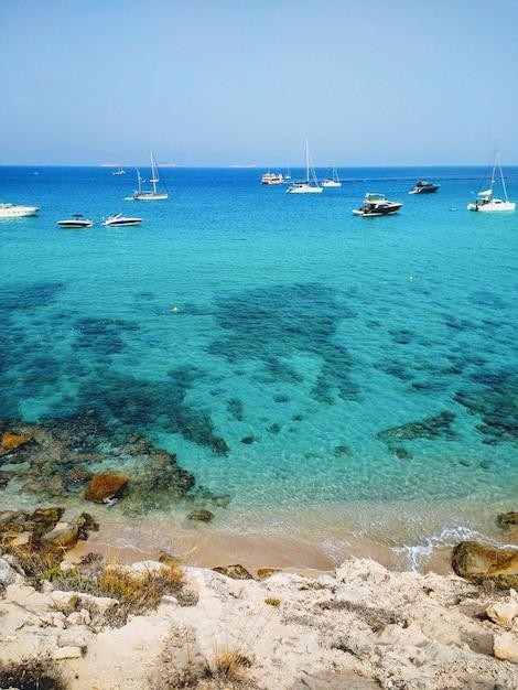 Pionowe Ujęcie Plaży Obok Ibizy I łodzi Na Niej Darmowe Zdjęcia