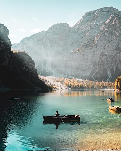 Pionowe Ujęcie Przedstawiające Osobę Pływającą W Parco Naturale Di Fanes-sennes-braies Prags We Włoszech Darmowe Zdjęcia