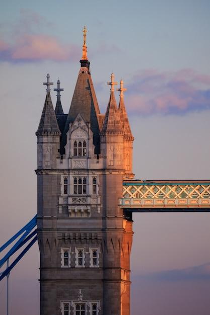 Pionowe Ujęcie Tower Bridge W Wielkiej Brytanii Darmowe Zdjęcia