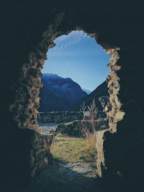 Pionowe Ujęcie Z Wnętrza Jaskini Z Górą Darmowe Zdjęcia