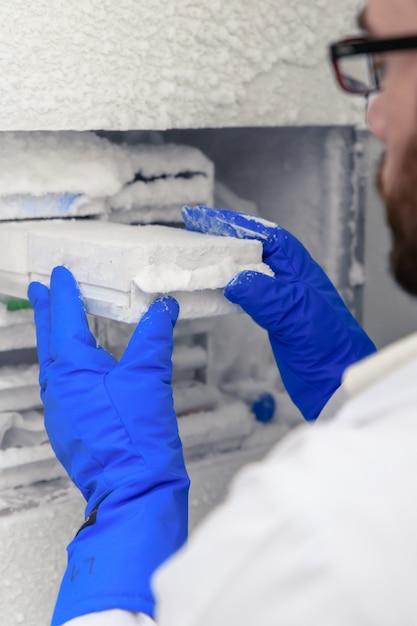 Pionowe Zbliżenie Strzał Pracownika Laboratorium Inkubacji Koronowych Próbek Wirusowych Darmowe Zdjęcia