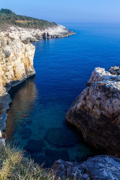 Pionowo Wysokiego Kąta Strzał Skały W Kamenjak Wybrzeżu W Istria, Chorwacja Darmowe Zdjęcia