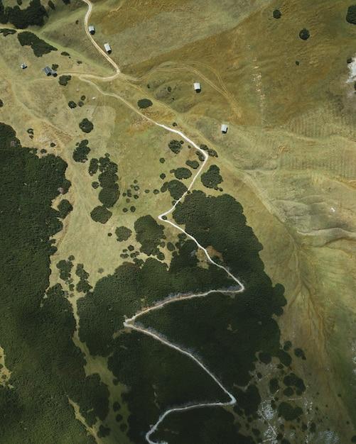 Pionowy Podpis Orlego Oka Przedstawiający Wąską Drogę Na Szczycie Wzgórza Darmowe Zdjęcia