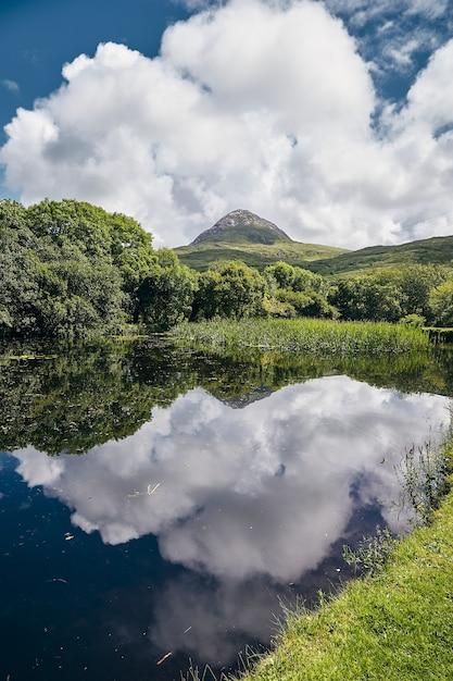 Pionowy Widok Na Park Narodowy Connemara W Irlandii Mweelin Pod Mętnym Błękitnym Niebem Darmowe Zdjęcia