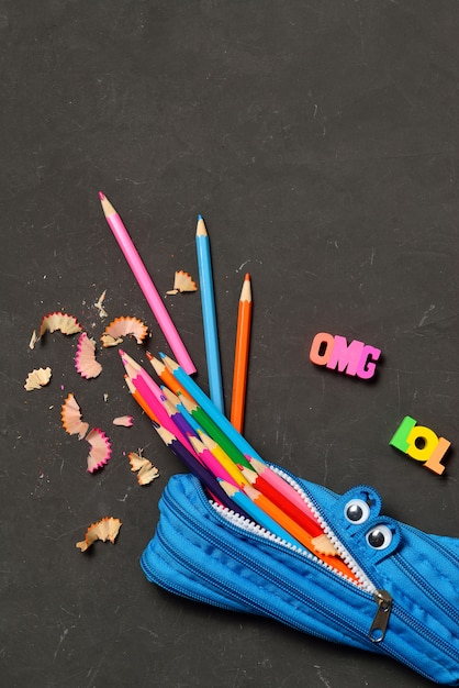 Piórnik Jeść Ołówki Na Czarnej Kredie Premium Zdjęcia