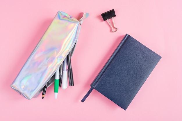 Piórnik z długopisami i ołówkami, notatnik na różu. Premium Zdjęcia