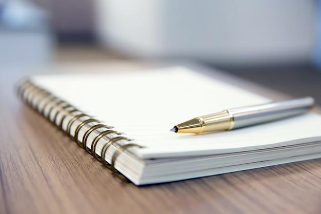 Pióro i notatnik na stole. Premium Zdjęcia
