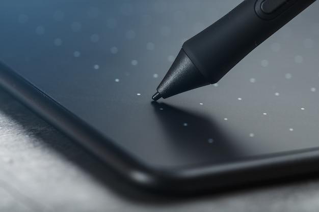 Pióro I Tablet Graficzny Zbliżenie Na Szarym Tle Tekstury. Gadżet Do Pracy Jako Projektant, Artysta I Fotograf. Premium Zdjęcia