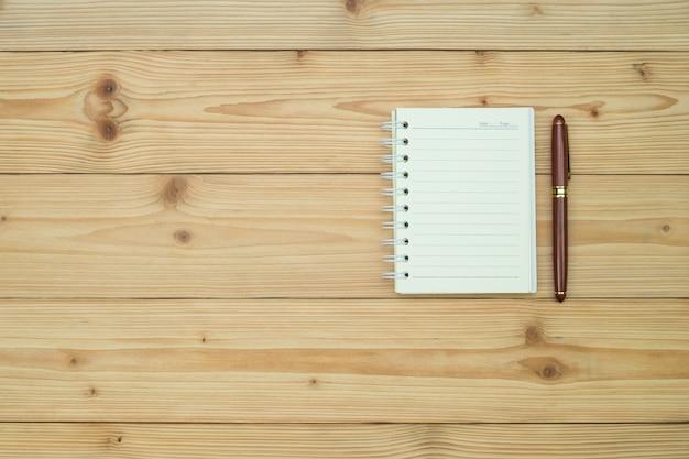 Pióro Wieczne Lub Tusz Z Papierem Do Pisania Na Stole Z Drewna Premium Zdjęcia