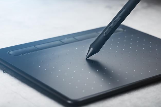 Pióro Z Tabletem Graficznym W Rękach Projektanta, Zbliżenie. Gadżet Do Sztuki I Pracy. Premium Zdjęcia