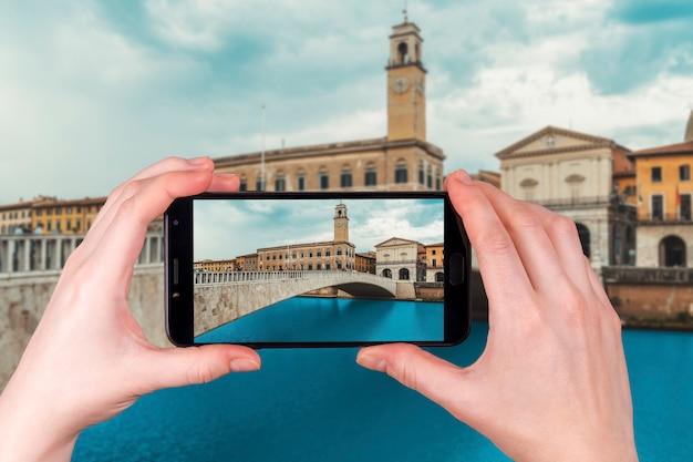 Pisa Pejzaż Miejski Z Arno Rzeką I Ponte Di Mezzo Mostem, Włochy. Zdjęcie Zrobione Telefonem Premium Zdjęcia