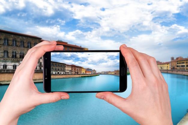 Pisa, Rzeka Arno, Widok Lungarno. Długi Czas Ekspozycji. Toskania, Włochy Zdjęcie Zrobione Telefonem Premium Zdjęcia