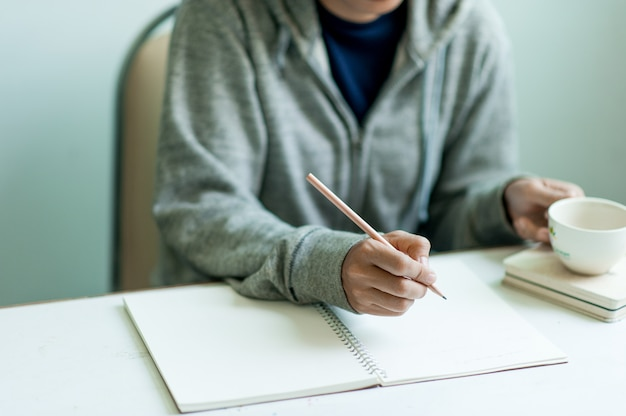 Pisanie Na Papierze W Pracy Na Stole Rano, Pomysłów Biznesowych. Jest Miejsce Na Kopiowanie. Premium Zdjęcia