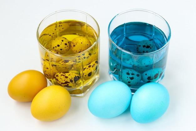 Pisanki W Kolorze żółtym I Niebieskim. Wiosenne święto Kościelne Premium Zdjęcia