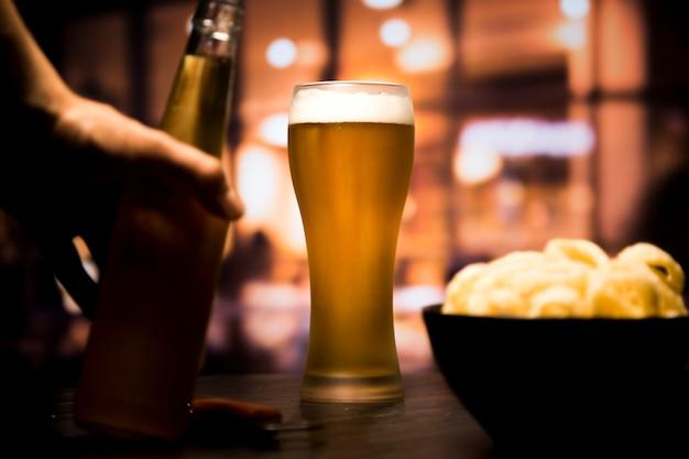 Piwny Szkło Przed Zamazanym Tłem Darmowe Zdjęcia