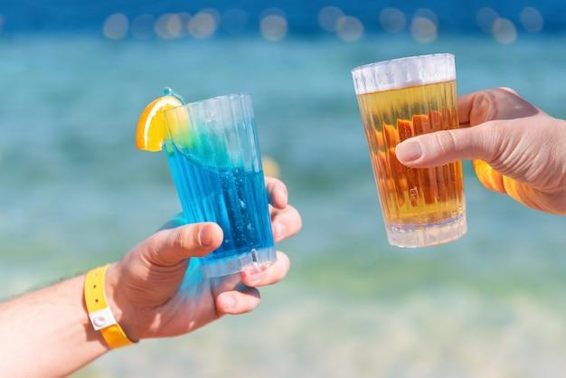 Piwo I Koktajl Na Tle Morza Premium Zdjęcia